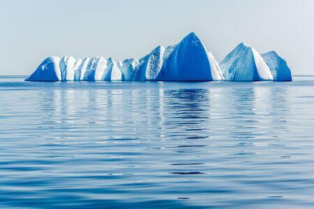 �ber Wasser: Ice Bergs afloat in the serene Arctic Ocean Lizenzfreie Bilder