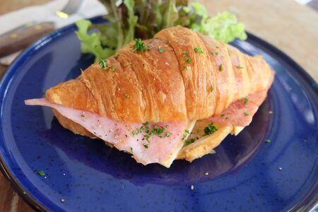 jamon y queso: croissant de jamón queso