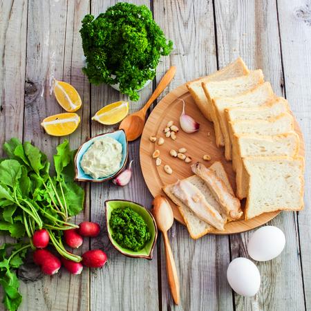 aliments: Vue de dessus des denrées alimentaires pour les sandwichs sur fond de bois. Banque d'images