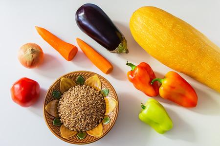 aliments: denrées alimentaires de couleur - légumes et speltal sur une table.