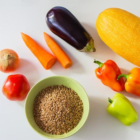 aliments: denrées alimentaires de couleur - légumes et speltal sur une table blanche.