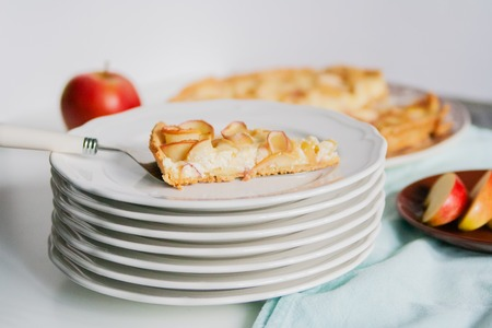 quail: Tart with apple roses on a plate. Foto de archivo