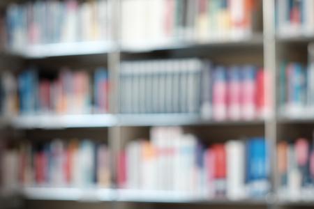 Image floue de l'étagère avec des livres dans la bibliothèque. Peut être utilisé comme arrière-plan.