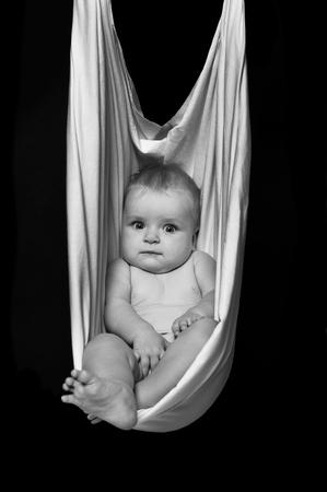 Schwarz-Weiß-Foto von Baby Entspannung Standard-Bild - 74543727