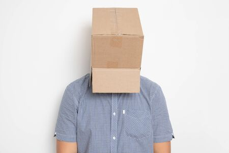 An anonymous man with a box on his head concealing his identity I Imagens