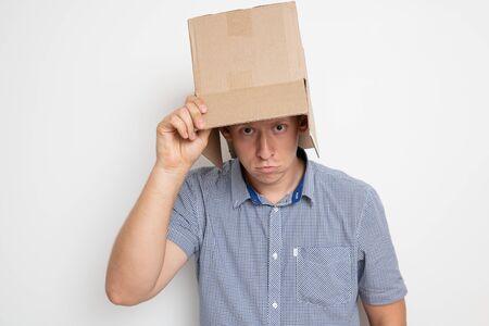 el hombre se pone una bolsa en la cabeza