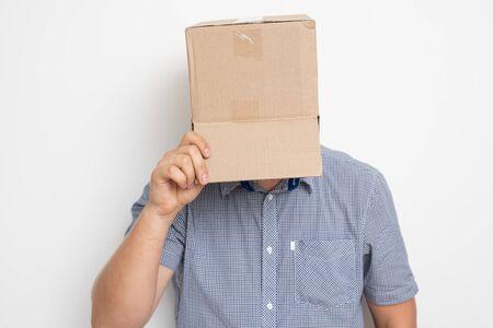 Un hombre anónimo con una caja en la cabeza que oculta su identidad.