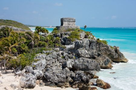 This building conserves most of the decorative elements of Tulum. It has two levels, of which the lower level is comprised of two temples, one within the other, were the decoration is concentrated.