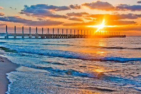 Piękny wschód słońca nad molo na Ocean Atlantycki w Meksyku. Zdjęcie zostało cyfrowo wzmocniona.