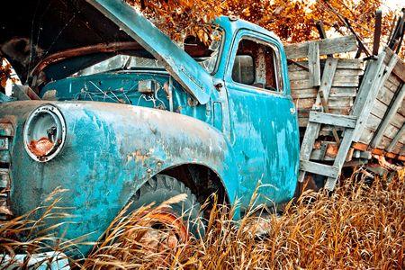 Starych ciężarówek gospodarstwa są spożywane przez naturę. Kolory zostały wzmocnione. Zdjęcie Seryjne