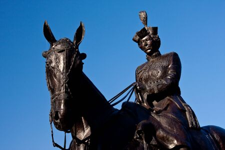 In honour of the 50th anniversary of the reign of Queen Elizabeth II, the province of Saskatchewan commissioned Saskatchewan sculptor Susan Velder to create a large bronze statue of Her Majesty riding her favourite horse, Burmese. Imagens