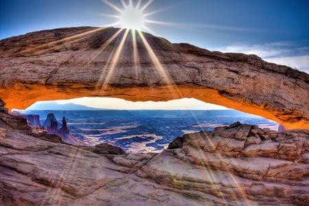 Arco de mesa al amanecer cuando la parte inferior del arco brilla dramáticamente rojo y naranja como Sol haces brillo sobre la parte superior. Procesar utilizando HDR.  Foto de archivo