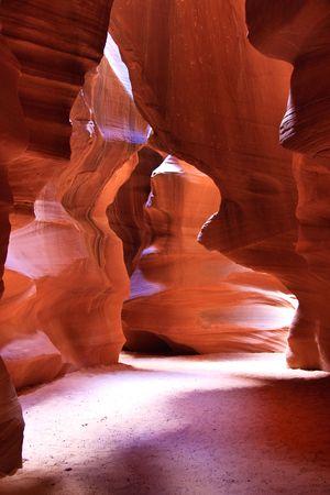 despacio: Antelope Canyon ha sido creado por muchos miles de años por las fuerzas del agua y el viento, lentamente tallado y esculpir la arenisca en formas, texturas y formas que observamos hoy.