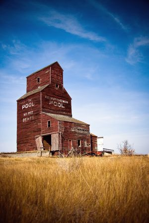 Prairie grain elevators have been a vital part of the western Canadian economy, landscape and culture Stok Fotoğraf