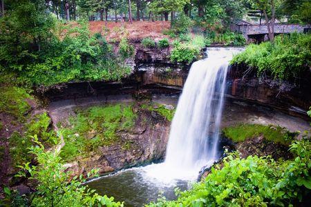 Minnehaha Falls znajduje się w Południowo Wschodniej Minneapolis i jest tylko minut od centrum miasta Minneapolis lub Saint Paul