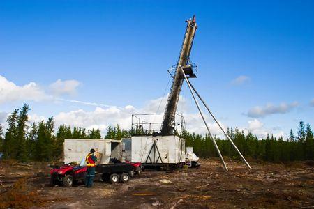 noyau: Diamant carottage (exploration de forage au diamant) utilise un foret fix� � l'extr�mit� des tiges creuses pour le forage de couper un noyau cylindrique de roche solide.