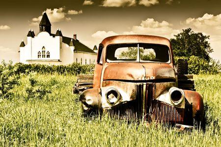 Rusty gospodarstwa czerwony starych ciężarówek Znikająca w czasie.  Cyfrowo wzmocnione.