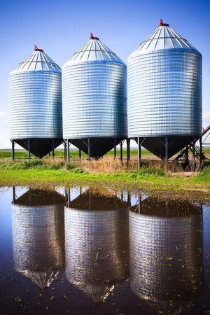 cebada: Silos de grano de acero utilizados para almacenar el grano.  Foto de archivo