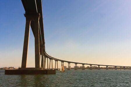 San Diego - Most Coronado, lokalnie okreÅ›lonych jako Most Coronado, jest betonu & stalizbrojeniowe Most, przelatujÄ…c nad San Diego Bay w Stanach Zjednoczonych, Å'Ä…czÄ…cy San Diego, z Coronado, Kalifornia.