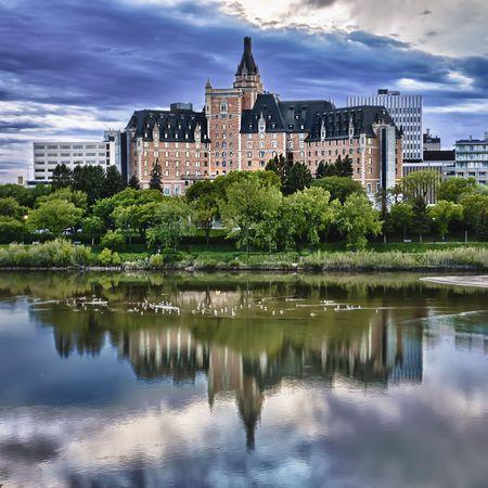 """Hotel Delta Bessborough jest dziesięć kondygnacja znajduje siÄ™ w Å›ródmieÅ›ciu Saskatoon, Saskatchewan, Kanada. Hotel jest historyczne kamieÅ"""" milowy w Saskatoon i jest znany z jego Zamek jak wyglÄ…d. Przetwarzane przy użyciu HDR. Zdjęcie Seryjne"""