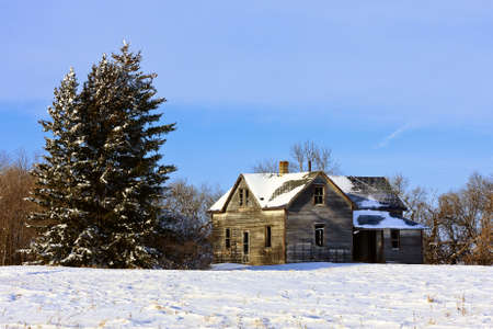 Old abandoned farm house in a frosty winter wonderland Stock Photo - 8525032