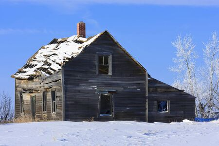 Old abandoned farm house in a frosty winter wonderland Stock Photo - 8525021