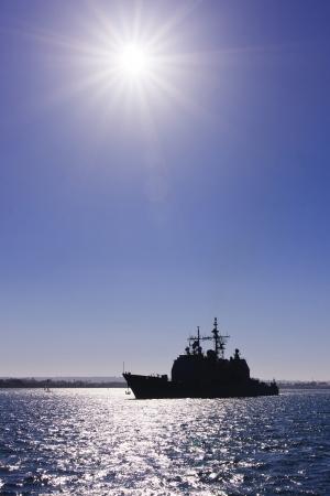 석양 동안 샌디에고 베이에서 미국 해군 전쟁 우주선