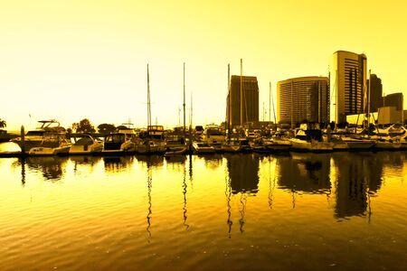 Sun ustawienie na molo i budynków w San Diego