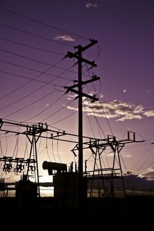 Macht Polen en transmissielijnen bij zonsondergang.