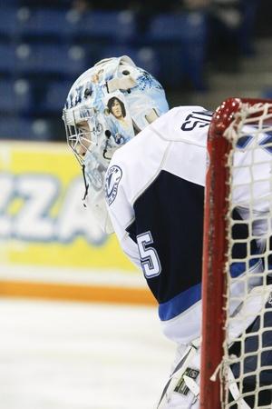 SASKATOON - LUTY 2: Bramkarz Steven Stanford w grze Western Hockey League (WHL) gościnnie zespołu Regina Pats w Saskatoon Blades. 2 Lutego 2011 w Saskatoon, Kanada.