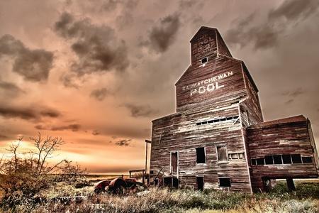 중앙 서스 캐처 원, 캐나다에서에서 Bents의 유령 마을에서 곡물 엘리베이터 근처 오래 된 버려진 된 트랙터