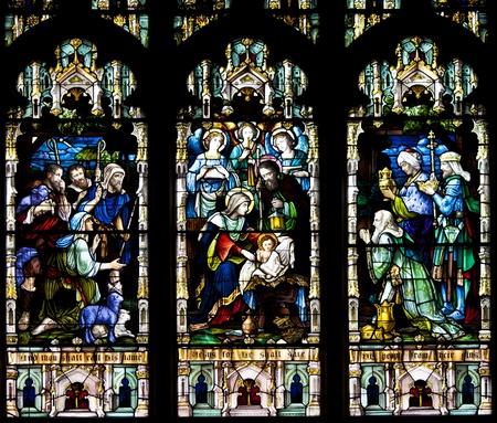 vetrate colorate: Vetrate presso la Chiesa riflettendo figure religiose