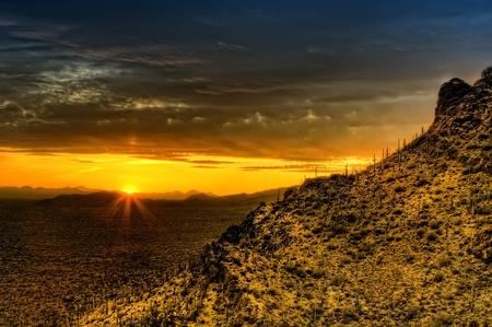 hdr: Coucher de soleil depuis pr�s de Gates Pass. Tucson Mountain County Park dans le parc national Saguearo