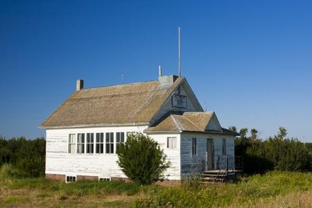 Een ouderwetse vintage witte roomed schoolgebouw