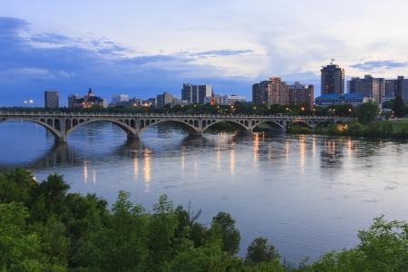 Cityscape Saskatoon z Mostu Uniwersyteckiego przekraczającego South Saskatchewan River.