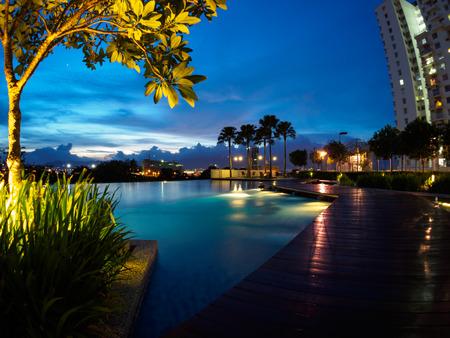 バターワース、ペナン、マレーシアでプールのブルーの空の夕焼け