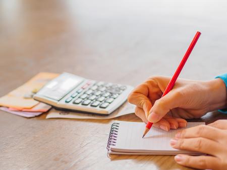 Femme, utilisation, calculatrice, et, penser, coût, bureau Banque d'images - 77894495