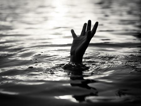 In bianco e nero di vittime di annegamento, mano di un uomo che sta affogando che ha bisogno di aiuto. Fallimento e concetto di salvataggio. Archivio Fotografico - 78420344