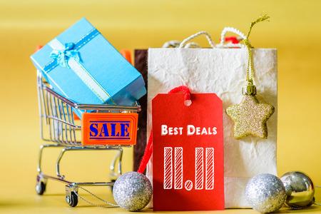 Miniboodschappenwagentje en het winkelen zakken met etiketmarkeringen, Chinees 11.11 het concept van de één dagverkoop. Stockfoto - 90166128