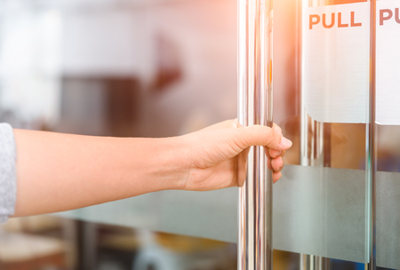 Closeup femmes main ouvrent le bouton de porte. Banque d'images - 90019722