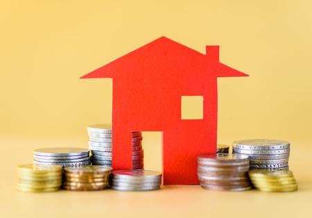 동전에서 돈 집 모기지 개념. 사업 금융 및 돈을 절약 개념입니다.