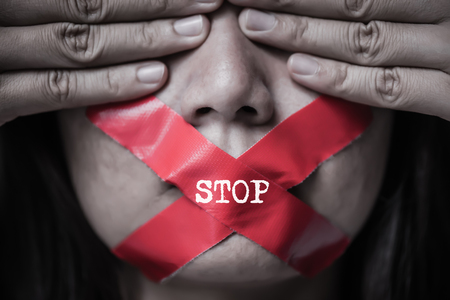 Młoda kobieta owijała swojego wierzchowca taśmą samoprzylepną. Pojęcie wolności słowa, cenzury, wolności prasy. Międzynarodowy Dzień Praw Człowieka.
