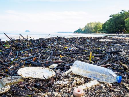 浜辺のゴミ、海の概念の環境汚染。 写真素材