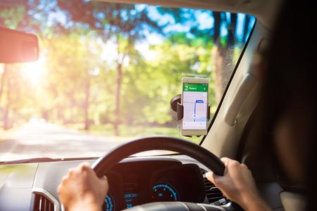 mobiele telefoon met kaart gps-navigatie in de auto. afgezwakt bij zonsondergang.