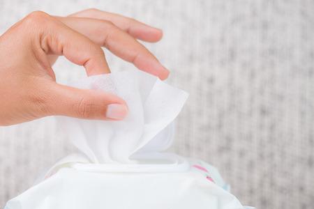 Close-up vrouw hand met natte doekjes uit pakket. gezondheidszorg, mensen en geneeskundeconcept.