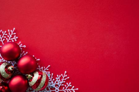 Kerst achtergrond concept. De doos van de gift van Kerstmis, witte sneeuw, rode bal, gouden ster op rode achtergrond. Stockfoto