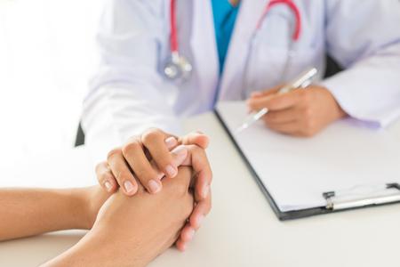 Médecin tenant la main du patient. Concept de médecine et de soins de santé. Médecin et patient. Banque d'images
