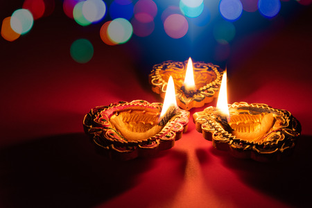 Happy Diwali - Clay Diya lamps lit during Dipavali, Hindu festival of lights celebration 版權商用圖片