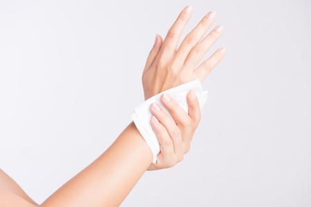 Femme nettoyant ses mains avec un mouchoir. Concept de soins de santé et médical. Banque d'images