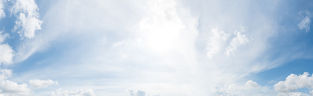 Panorama de ciel bleu clair avec fond de nuage blanc. Journée dégagée et beau temps le matin.